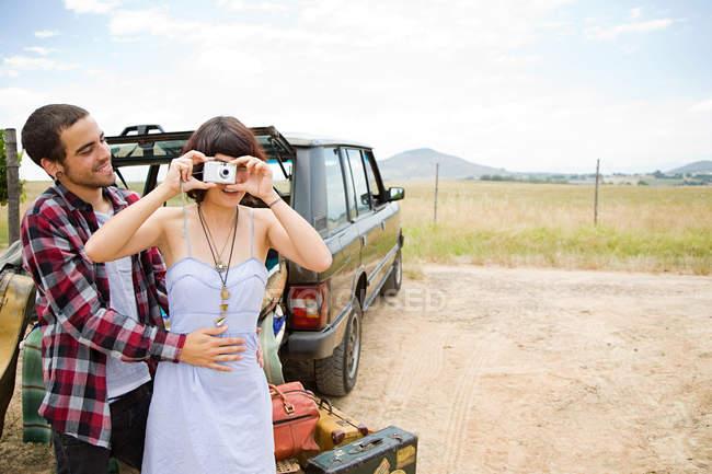 Молодая женщина и парень с цифровой камерой — стоковое фото