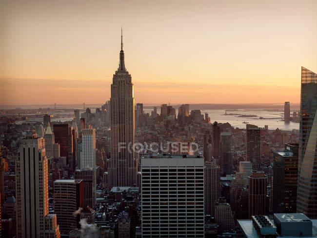 Erhöhte Ansicht der Gebäude im Stadtzentrum und des Empire State Building — Stockfoto