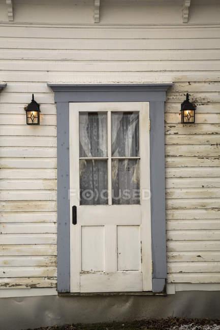 Vor dem Eingangstür auf ein altes Wohnhaus, Quebec, Kanada — Stockfoto