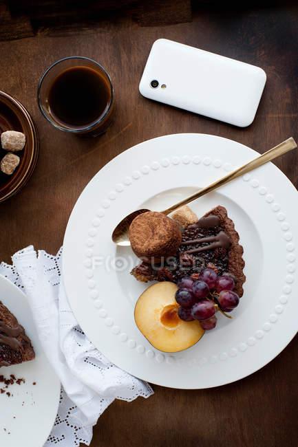 Fatia de torta de noz pecã com pêssego e uvas — Fotografia de Stock