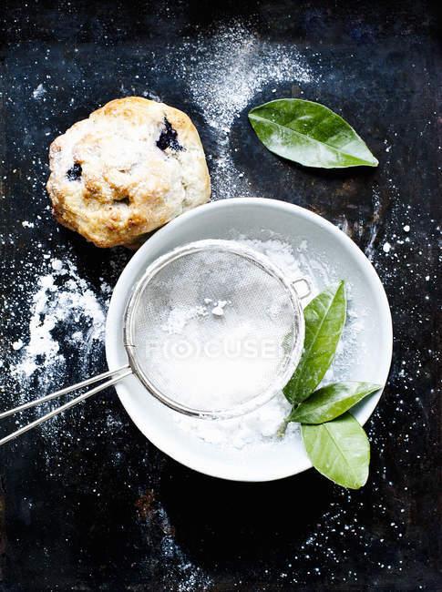 Ainda vida de scone de mirtilo com açúcar refinado — Fotografia de Stock