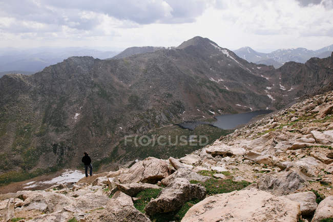 Femme debout sur le rocher, le Mont Evans, Front Range, Colorado — Photo de stock