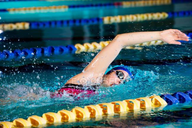 Junge Frau, die vorderen Crawl im Schwimmbad zu tun — Stockfoto