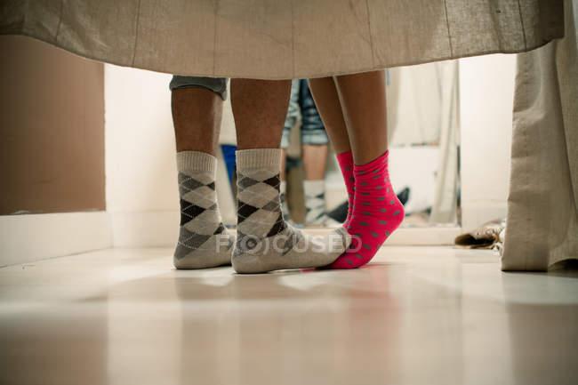 Ноги пары в носках в раздевалке — стоковое фото