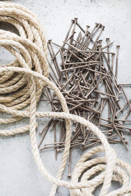 Крупним планом Сизаль мотузку і гвинтів — стокове фото
