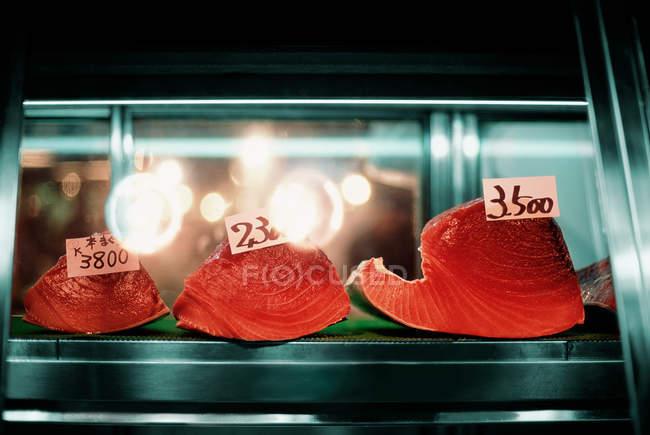 Sushi mit Preisschildern am Fischmarkt — Stockfoto
