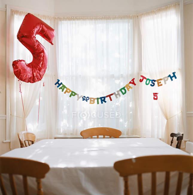 Номер, оформленный на день рождения — стоковое фото