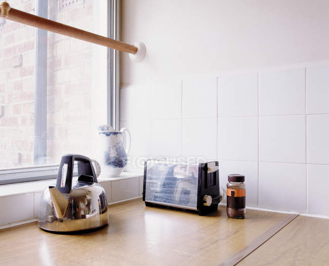 View of kettle and toaster on wooden table — Stock Photo