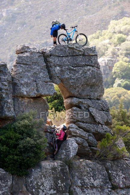 Пара горных велосипедистов на скалах — стоковое фото
