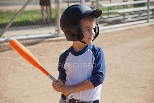 Маленький хлопчик грає бейсбол — стокове фото