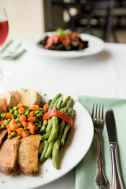 Bratkartoffeln und Gemüse auf Teller serviert — Stockfoto