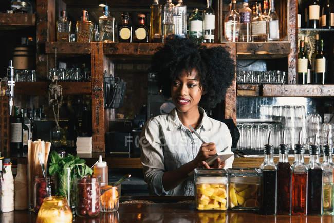 Бармен працює за бар в пабі — стокове фото