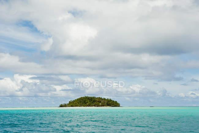 Зелений острів в Тихому океані під хмарного неба — стокове фото