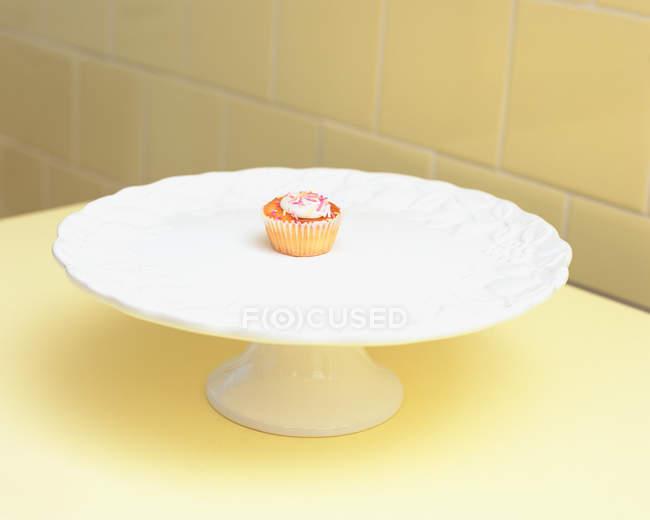 Кекс на торт блюдо — стокове фото