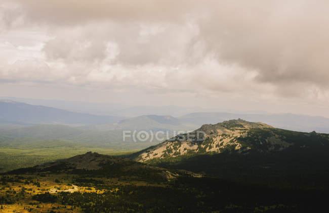 Vue de la forte inclinaison du nuage d'orage et chevaliers de paysage, montagnes de l'Oural, Russie — Photo de stock