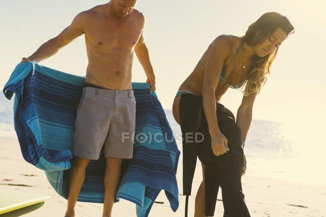 Coppia di surfisti che indossa mute a Newport Beach, California, USA — Foto stock