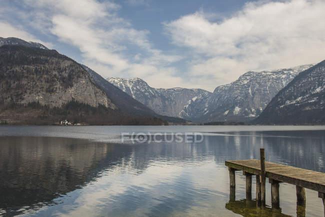Muelle de madera en Hallstatter See, Hallstatt, Austria - foto de stock