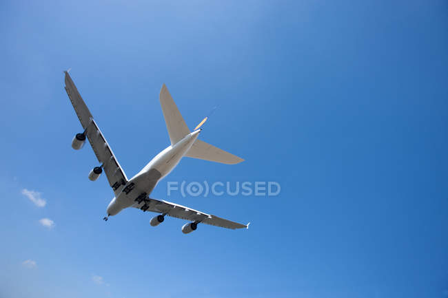 Low angle view of airbus A380 flying in cloudless blue sky in daytime — Stock Photo
