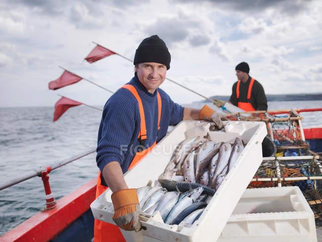 Pêcheurs sur le bateau avec la capture du poisson — Photo de stock