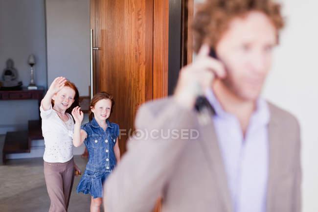 Дочки розмахуючи до побачення з батьком — стокове фото