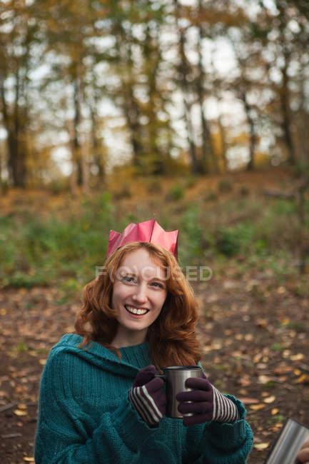 Молодая женщина в короне в лесу, портрет — стоковое фото