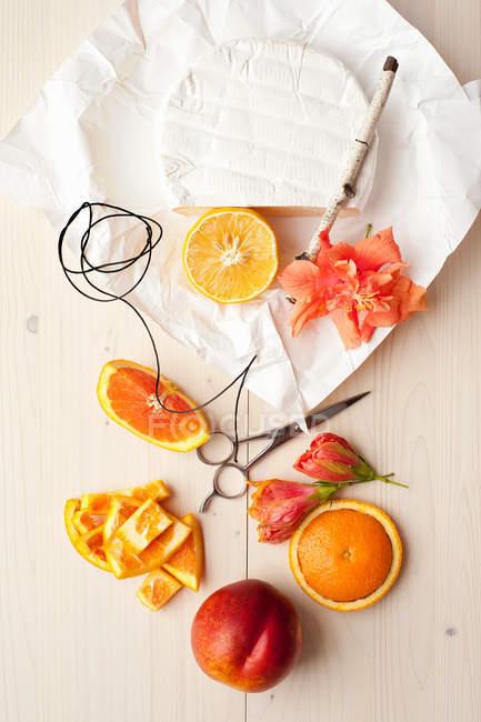 Piatto posare con arance, formaggio e fiori — Foto stock