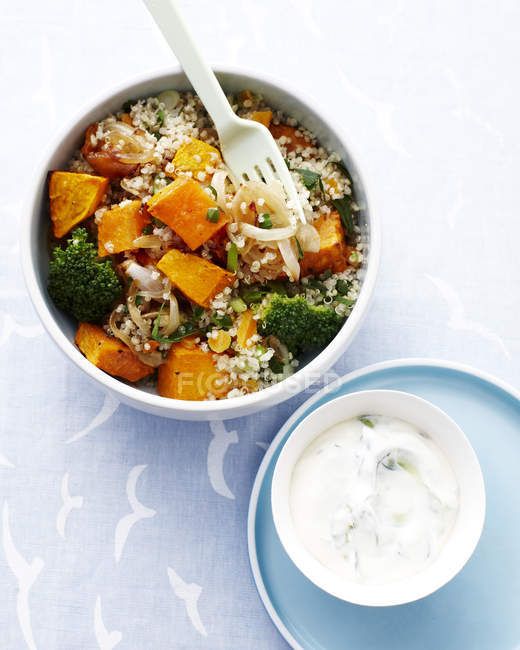 Verdure e insalata di quinoa in ciotola, superiore Mostra — Foto stock