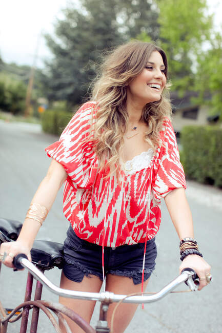 Young woman with tandem bicycle on rural road — Stock Photo
