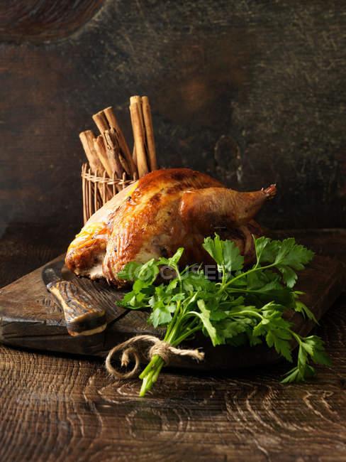 Assado frango e salsa na placa de madeira — Fotografia de Stock