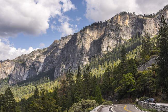 Vista da estrada rochosa das montanhas, parque nacional de Yosemite, Califórnia, EUA — Fotografia de Stock