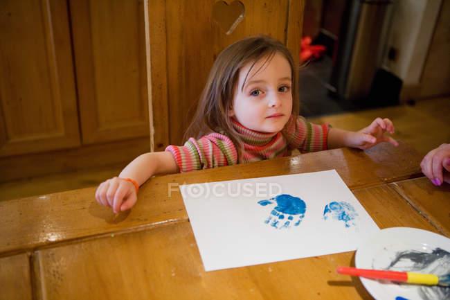 Девушка рисует пальцами — стоковое фото