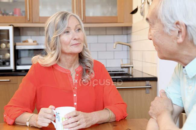 Älteres Paar beim Kaffee in der Küche — Stockfoto