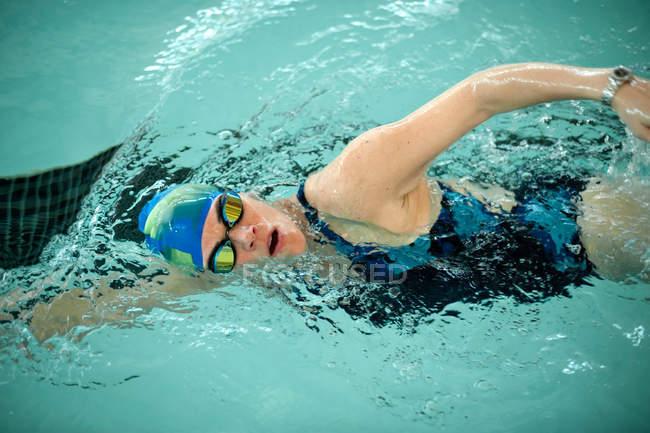 Женщина делает круги в бассейне — стоковое фото