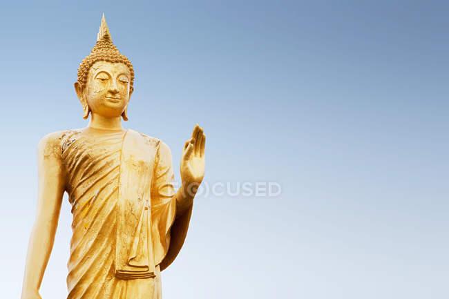Blick auf stehende Buddha-Figur in Thailand — Stockfoto