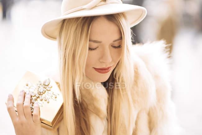 Elegante giovane donna con portagioie in oro, Covent Garden, Londra, Regno Unito — Foto stock