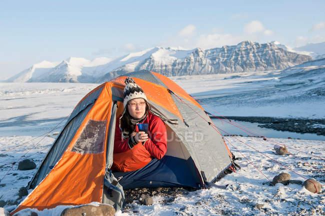 Wanderer im Zelt im Schnee trinken — Stockfoto