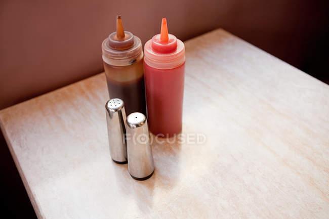 Gewürze und Soßen auf Cafétisch — Stockfoto