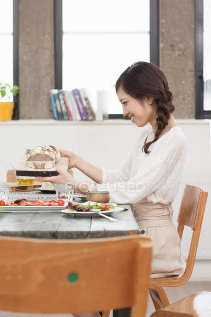 Молодая женщина, едят обед в таблице — стоковое фото