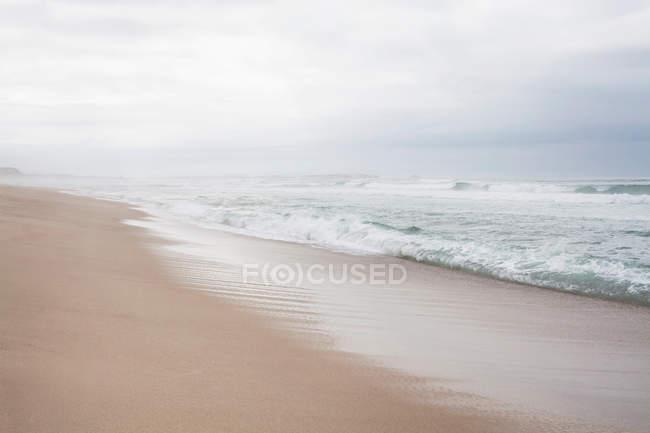 Escena de playa con horizonte brumoso - foto de stock
