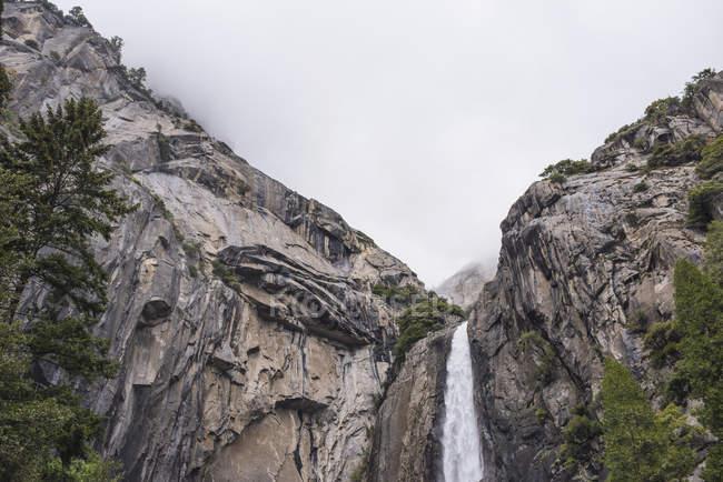 Vue faible angle de chute d'eau, Parc National de Yosemite, Californie, é.-u. — Photo de stock