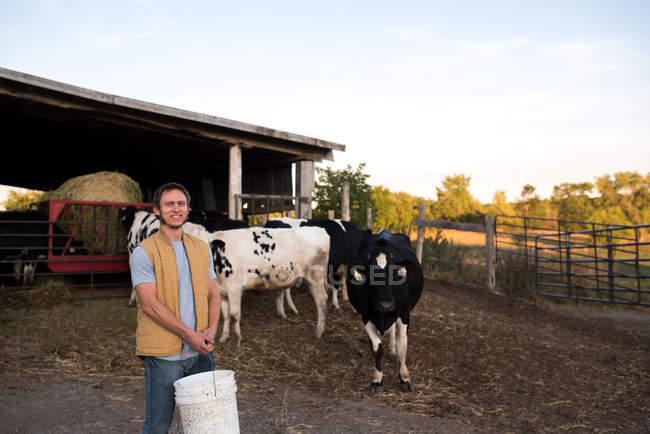 Ritratto di agricoltore nell'azienda agricola, azienda di mangimi — Foto stock