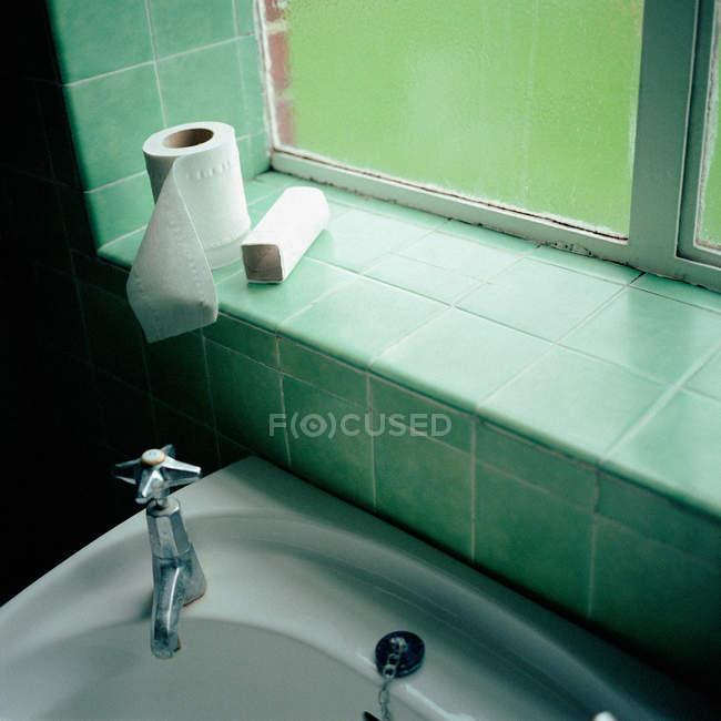 Рулони туалетного розміщені на підвіконня — стокове фото