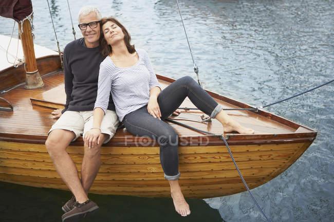 Coppia di mezza età sulla vecchia barca — Foto stock
