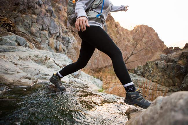 Trekker correndo em Death Valley National Park, Califórnia, EUA — Fotografia de Stock