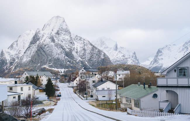 Дорога и скала, покрытые снегом, Руффало, Норвегия — стоковое фото