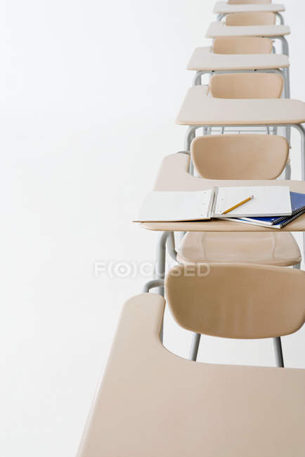 Leere Klassenzimmertische in Folge — Stockfoto