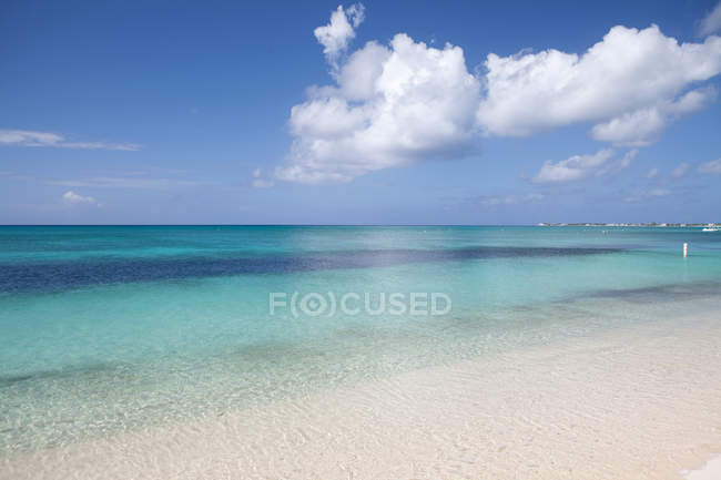Limpide acque del Mar dei Caraibi, Grand Cayman, Cayman Islands — Foto stock