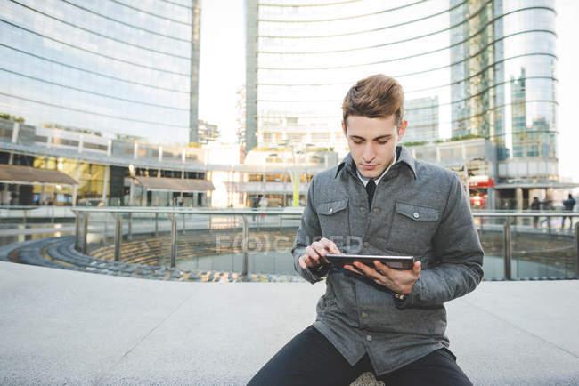 Portrait de jeune homme d'affaires banlieusard utilisant une tablette numérique . — Photo de stock