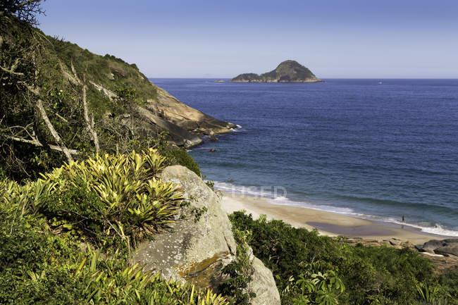Vista de alto ângulo da Praia do Inferno e mar azul, Guaratiba, Rio de Janeiro, Brasil — Fotografia de Stock