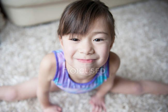 Girl in leotard performing the splits, portrait — Stock Photo